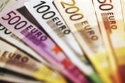 Euro value falls over international political uncertainty